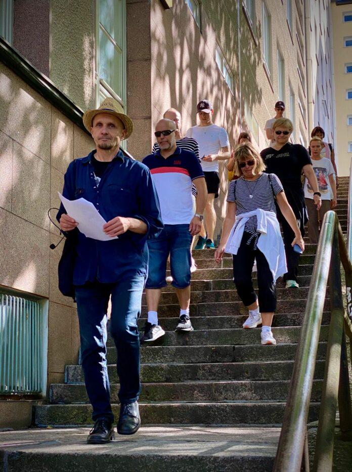 Juhani Styrman luotsaa kävelyporukkaa Kalliossa (kuva: Harri Ahola)va: Harri Ahola
