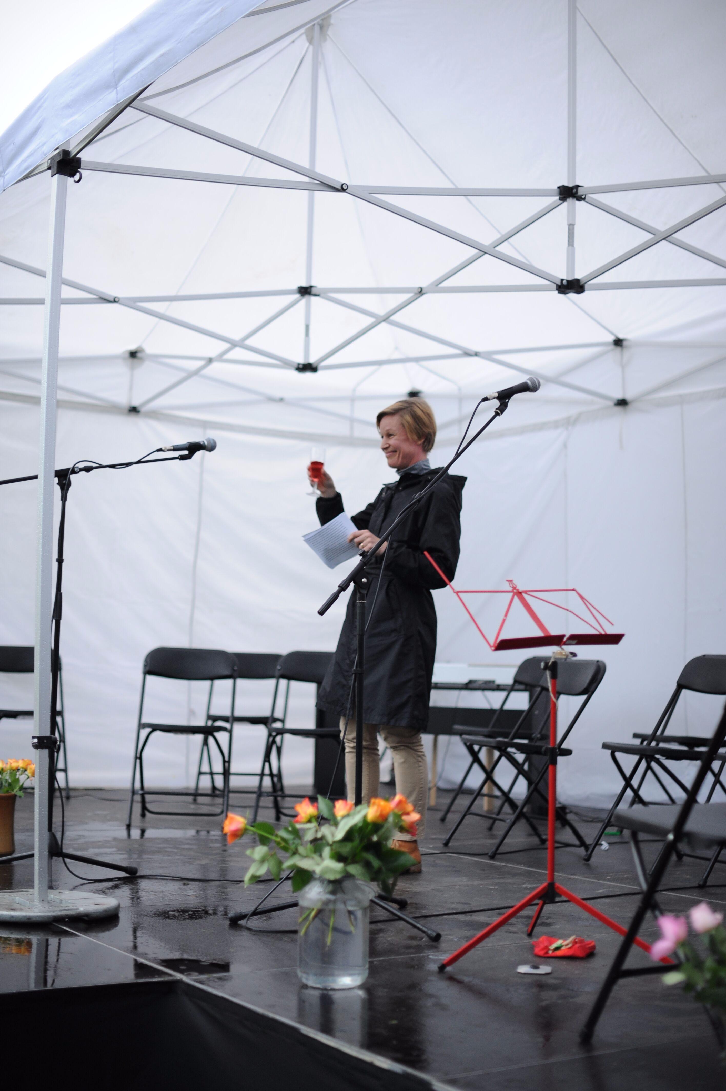 Elina ja malja 100 vuotiaalle Suomelle