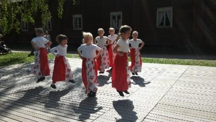 Jekku pomppii Tanelin tahtiin Seurasaaren lasten tantsuissa kuva Sini Hirvonen 441x