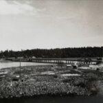 Uunituore silta liputettuna yli 50 vuotta sitten. Kamerana Kodak kasettifilmikamera, se Coca-Cola kameran tyylinen keksintö. Kuvaaja: Risto Salmia